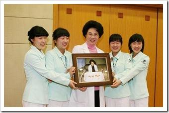 イ先生と、4つ子の看護士さん